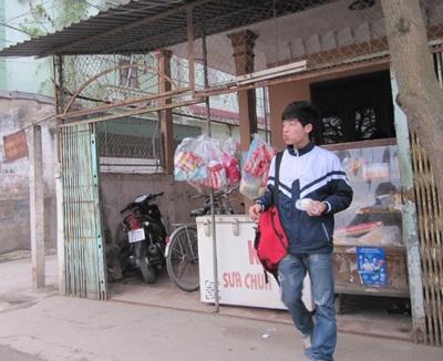 """Học sinh thành Vinh """"hồn nhiên"""" đi xe máy tới trường  - 4"""
