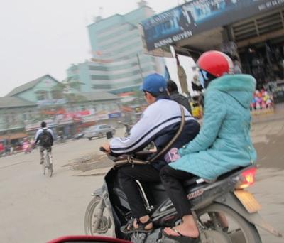 """Học sinh thành Vinh """"hồn nhiên"""" đi xe máy tới trường  - 2"""
