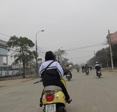 """Học sinh thành Vinh """"hồn nhiên"""" đi xe máy tới trường  - 3"""
