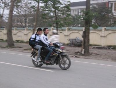 """Học sinh thành Vinh """"hồn nhiên"""" đi xe máy tới trường  - 1"""