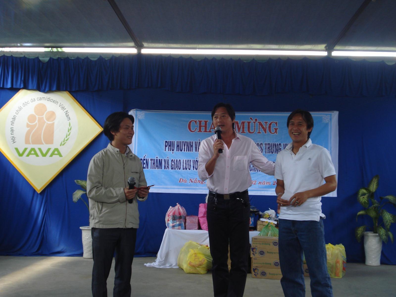 Trẻ em nhiễm chất độc da cam mê Lê Huỳnh Đức - 1