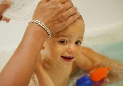 Trẻ sơ sinh: Không phải cứ tắm nhiều là tốt! - 1