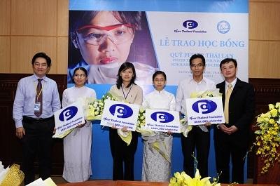 Quỹ Pfizer Thái Lan trao học bổng cho sinh viên y khoa - 3