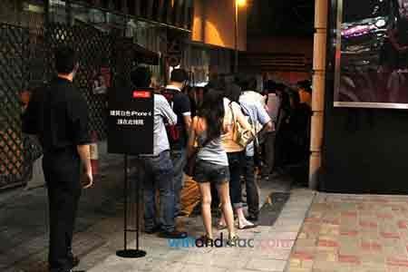 """Dân Hong Kong """"chen lấn"""" mua iPhone 4 trắng - 1"""