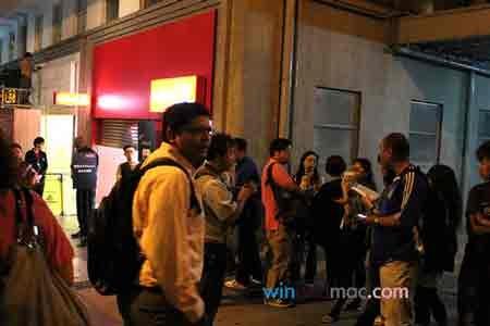 """Dân Hong Kong """"chen lấn"""" mua iPhone 4 trắng - 7"""