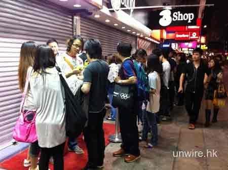 """Dân Hong Kong """"chen lấn"""" mua iPhone 4 trắng - 8"""