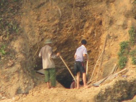 Nghệ An: Lại sập hầm vàng, 5 người chết - 11