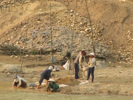 Nghệ An: Lại sập hầm vàng, 5 người chết - 14