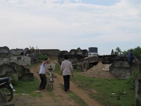 Cả làng đi tranh... đất nghĩa địa  - 4