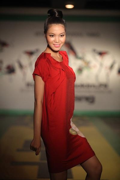 """Hoa hậu Thùy Dung """"đọ dáng"""" Lâm Thu Hằng - 4"""