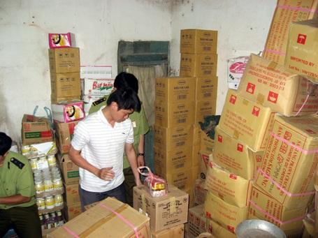 Phát hiện cơ sở bán thực phẩm kém chất lượng - 1