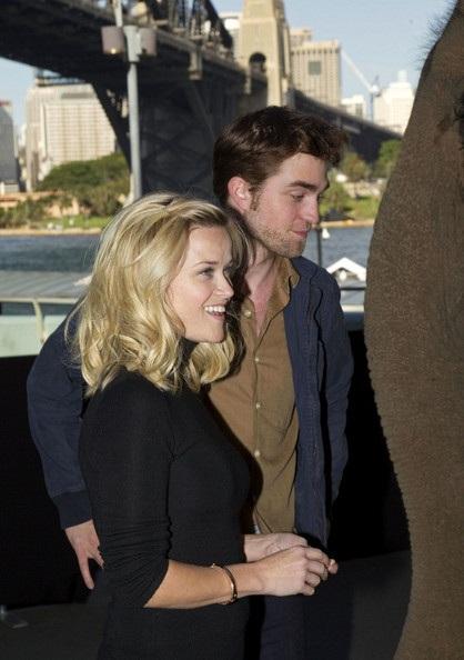 "Robert Pattinson - Reese Witherspoon: ""Đọ dáng"" với voi - 4"