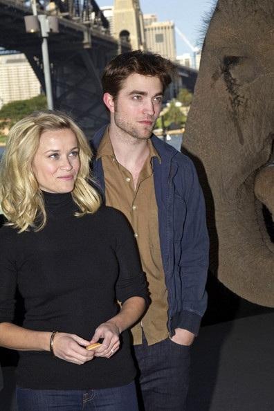"Robert Pattinson - Reese Witherspoon: ""Đọ dáng"" với voi - 6"