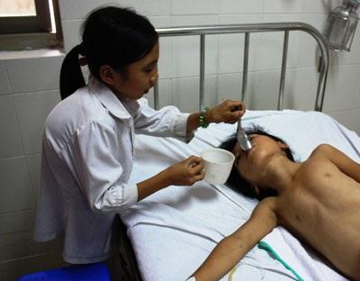 Bé Thu Đông đã được phẫu thuật cột sống - 1