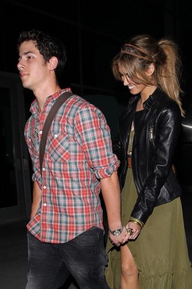 Nick Jonas hẹn hò với đàn chị Delta Goodrem? - 1
