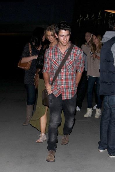 Nick Jonas hẹn hò với đàn chị Delta Goodrem? - 2