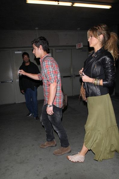 Nick Jonas hẹn hò với đàn chị Delta Goodrem? - 5