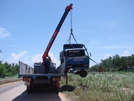 Xe tải lao xuống ruộng mía - 1