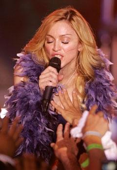 """Madonna """"rực lửa"""" trên sân khấu Coachella - 7"""