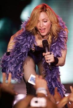 """Madonna """"rực lửa"""" trên sân khấu Coachella - 2"""
