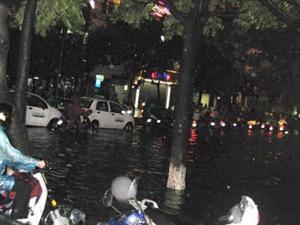 Giông lớn, mưa đá, Hà Nội ngập lụt - 2
