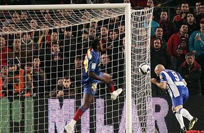 "De la Pena lập ""cú đúp"" nhấn chìm Barcelona - 2"