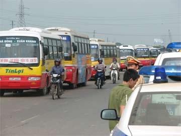 """Hành khách """"mất vía"""" vì xe buýt chèn nhau có tổ chức - 1"""