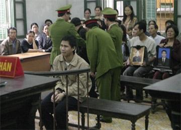 Hoãn tòa vì nghi bị cáo giả 15 tuổi để trốn án tử hình - 1