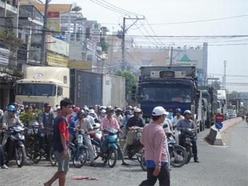 Tài xế bỏ rơ-mooc, cầu Tân Thuận kẹt xe nhiều giờ - 3
