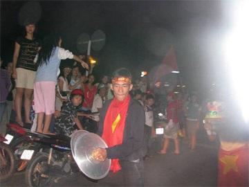 Sài Gòn tưng bừng trong đêm chiến thắng - 1