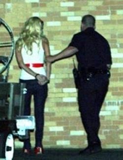 Paris Hilton bị bắt! - 1