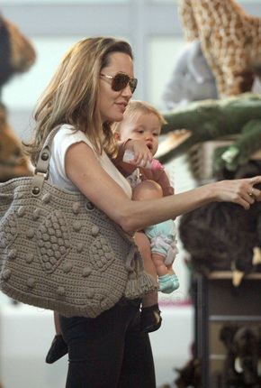 "Angelina Jolie đưa Shiloh đi ""sắm"" đồ chơi - 1"