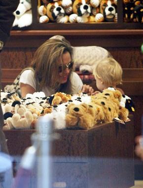 "Angelina Jolie đưa Shiloh đi ""sắm"" đồ chơi - 2"