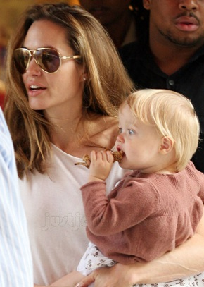 "Angelina Jolie đưa Shiloh đi ""sắm"" đồ chơi - 4"