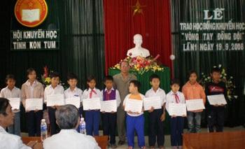 """Trao học bổng """"Vòng tay đồng đội"""" tại Quảng Trị, Kon Tum - 1"""