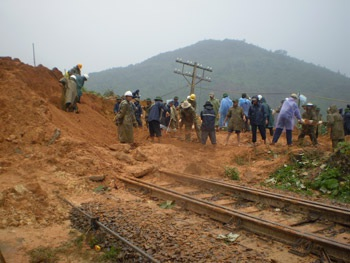 Ngày đêm đội mưa gió để thông tuyến đường sắt - 3