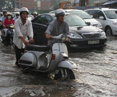 """TPHCM: Đường bê tông thành sông """"nước cống"""" - 1"""