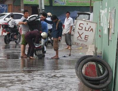 """TPHCM: Đường bê tông thành sông """"nước cống"""" - 3"""