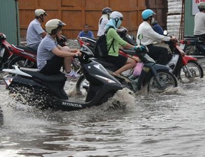 """TPHCM: Đường bê tông thành sông """"nước cống"""" - 4"""