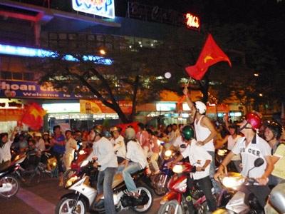 Video: Hà Nội mừng chiến thắng lịch sử của tuyển Việt Nam - 1
