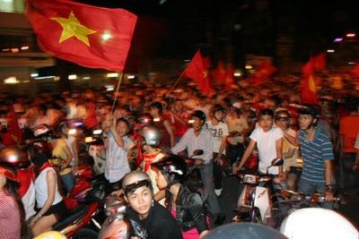 Đổ ra đường sau chiến thắng lịch sử của Việt Nam - 10