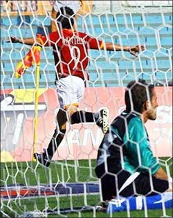 Inter gặp họa lớn, Roma lên đầu bảng - 2