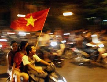 Đổ ra đường sau chiến thắng lịch sử của Việt Nam - 16