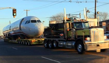 Ô tô kéo máy bay trên phố - 1