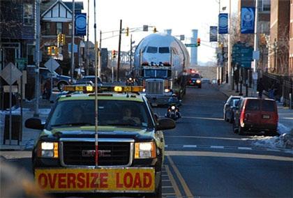 Ô tô kéo máy bay trên phố - 4