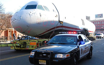 Ô tô kéo máy bay trên phố - 2