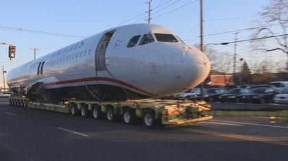 Ô tô kéo máy bay trên phố - 5