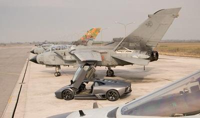 """Lamborghini Reventón """"so tài"""" với máy bay phản lực  - 2"""