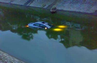 """""""Giải cứu"""" xe Civic rơi xuống sông Tô Lịch  - 1"""