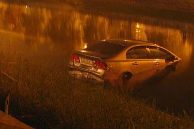 """""""Giải cứu"""" xe Civic rơi xuống sông Tô Lịch  - 2"""